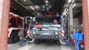 Das Bild zeigt zwei Löschfahrzeuge vom Flughafen Berlin-Schönefeld