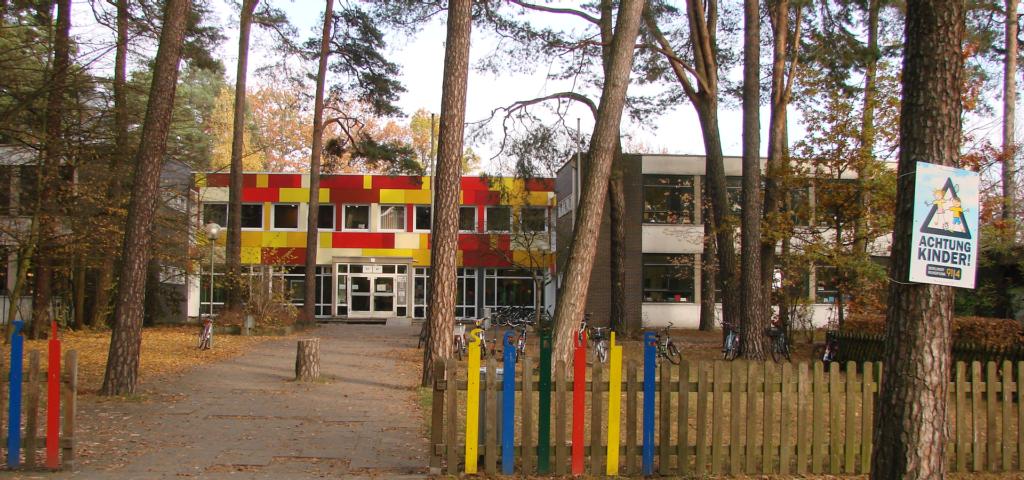 Die Pestalozzi-Schule. Blick auf den neugestalteten Eingangsbereich von der Straße aus betrachtet.