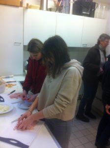 Das Bild zeigt Schüler beim den Vorbereitungen zum gemeinsamen Kochen in der Küche des Jugenfreizeitheims Zehlendorf im Frühjahr 2017.