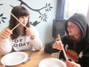 Essen mit Eßstäbchen ist eine Aufgabe. Einfacher ist es, diese als Schwerter zu kreuzen.